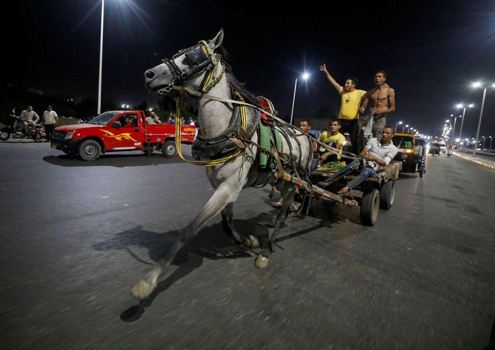 Egyptští obchodníci během dostihu v Káhiře.