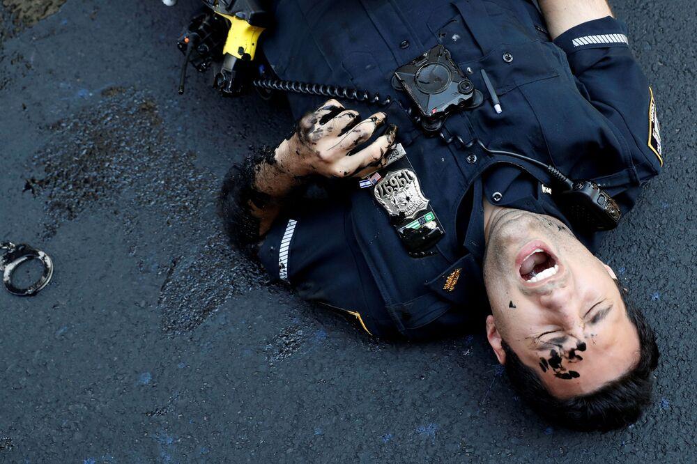 Policista během protestu poblíž Trump Tower na Manhattanu, New York.