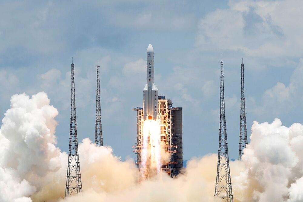 Čínská těžká nosná raketa Chang Zheng 5 se sondou na průzkum Marsu Tianwen-1 startuje z kosmodromu Wen-čchang.