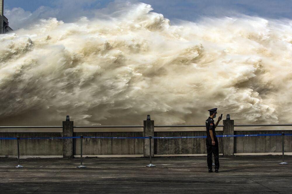 Shazování vody na čínské hrázi Three Gorges Dam.