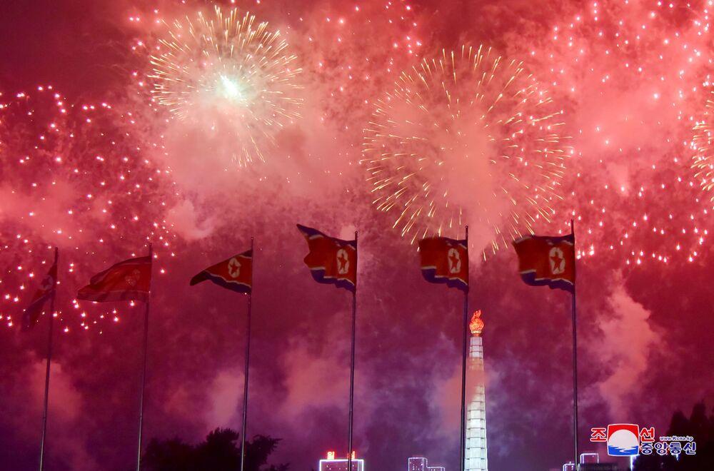 Ohňostroj na počest výročí podpisu Dohody o neútočení na Korejském poloostrově. Pchjongjang, KLDR.