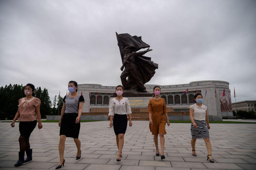 Korejské ženy u sochy Vítězství v Pchjongjangu.