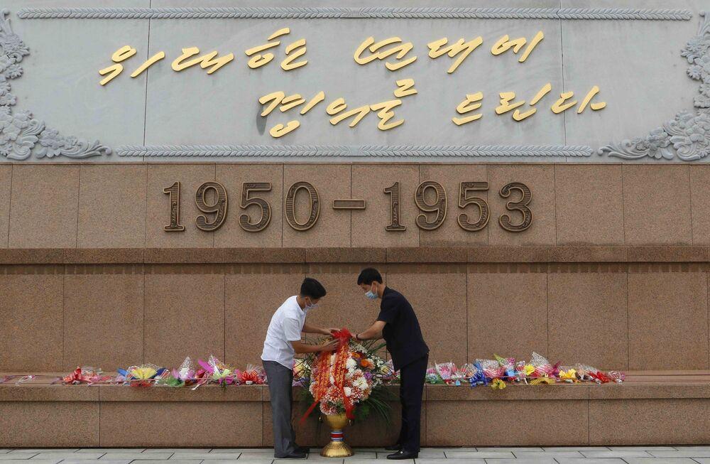 Položení věnců na počest vojáků zabitých během Korejské války. Pchjongjang, KLDR.