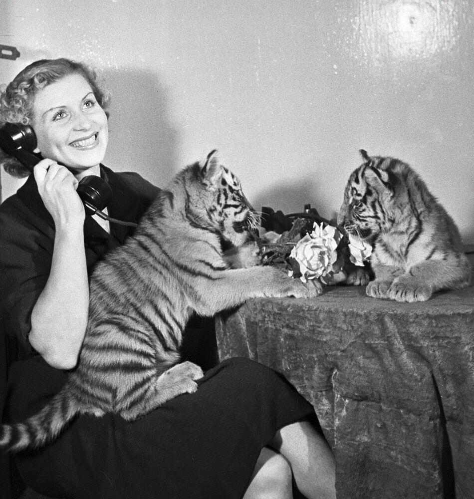 Sovětská krotitelka tygrů Margarita Nazarovová s tygříky.
