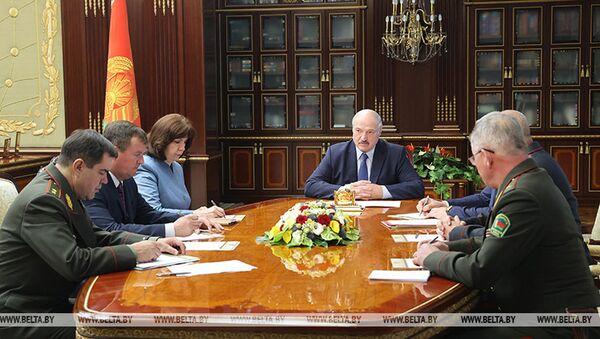 Běloruský prezident Alexandr Lukašenko na mimořádné poradě s členy bezpečnostní rady státu (29. 07. 2020) - Sputnik Česká republika