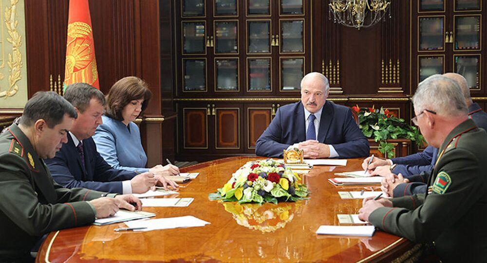 Běloruský prezident Alexandr Lukašenko na mimořádné poradě s členy bezpečnostní rady státu (29. 07. 2020)