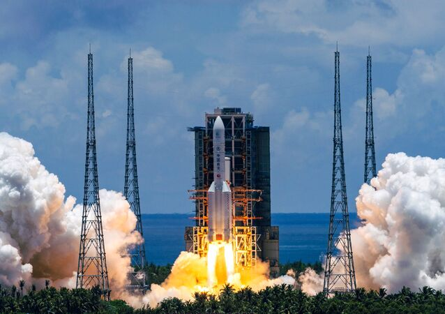 Čínská těžká nosná raketa Dlouhý pochod 5 s kosmickou sondou Otázky k nebesům 1