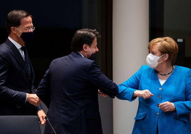 Angela Merkelová pozdravuje Giuseppeho Conteho na summitu EU v Bruselu