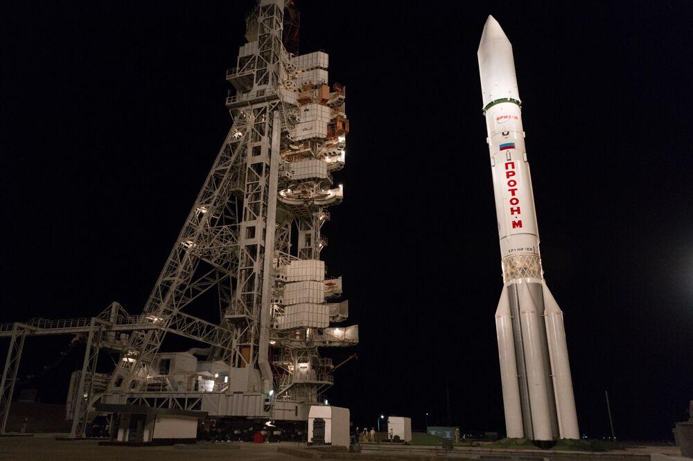 Nosná raketa Proton-M s horním stupněm Briz-M, která na oběžnou dráhu dopravila telekomunikační družice Express-80 a Express-103, na startovací rampě kosmodromu Bajkonur.