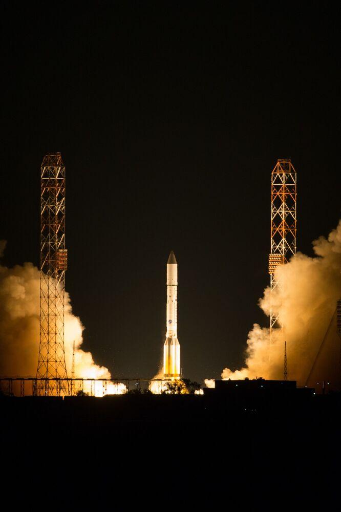 3, 2, 1, start! Nosná raketa Proton-M míří na oběžnou dráhu spolu s telekomunikačními družicemi Express-80 a Express-103.
