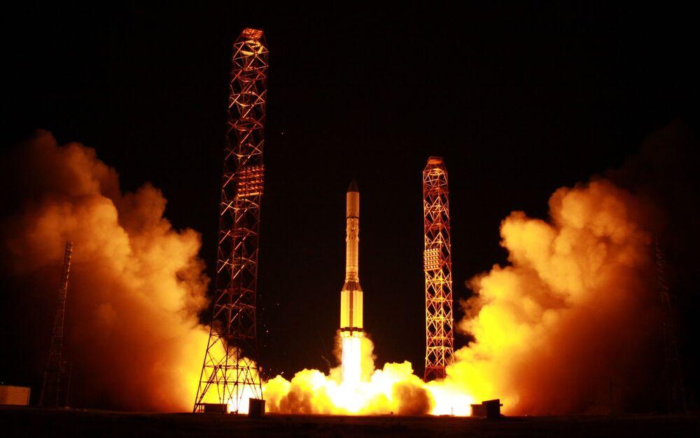 Nosná raketa Proton-M s telekomunikačními družicemi Express-80 a Express-103 startuje z kosmodromu Bajkonur.