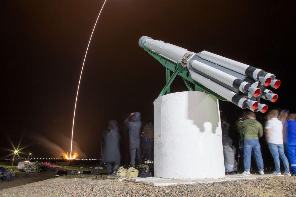 Vzhůru ke hvězdám… Nosná raketa Proton-M míří na oběžnou dráhu spolu s telekomunikačními družicemi Express-80 a Express-103.