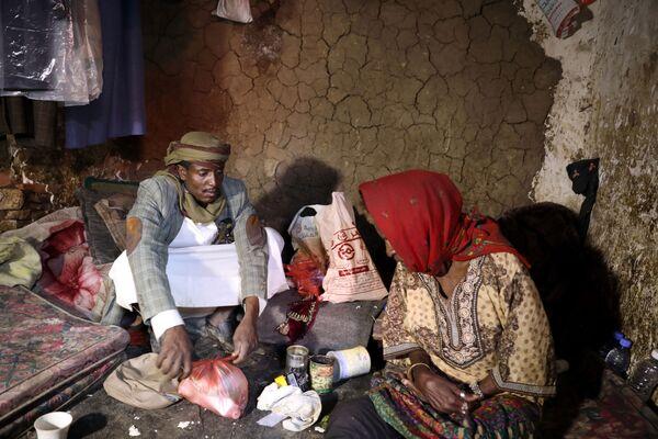 Vůdce komunity spolu se svou matkou ve slumu v hlavním městě San'á. - Sputnik Česká republika