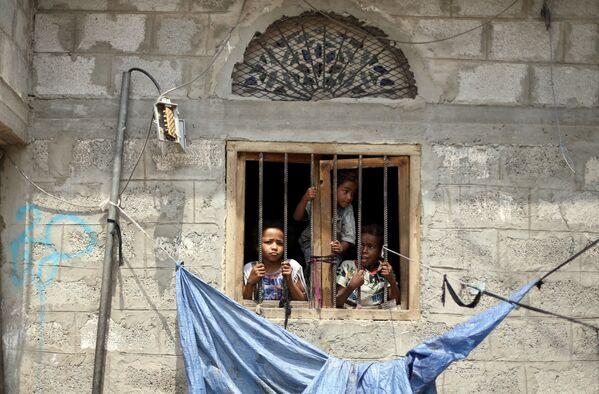 Děti se dívají z okna v hlavním městě San'á. - Sputnik Česká republika