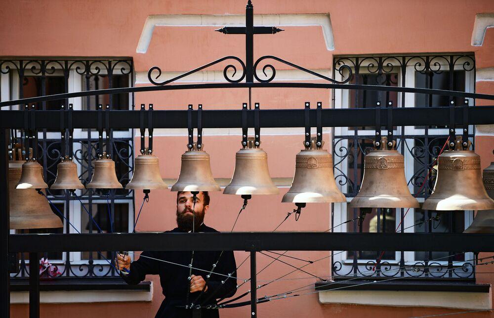 Zvoník Ivan Privalov v kostele Ioanna Bogoslova v Moskvě.