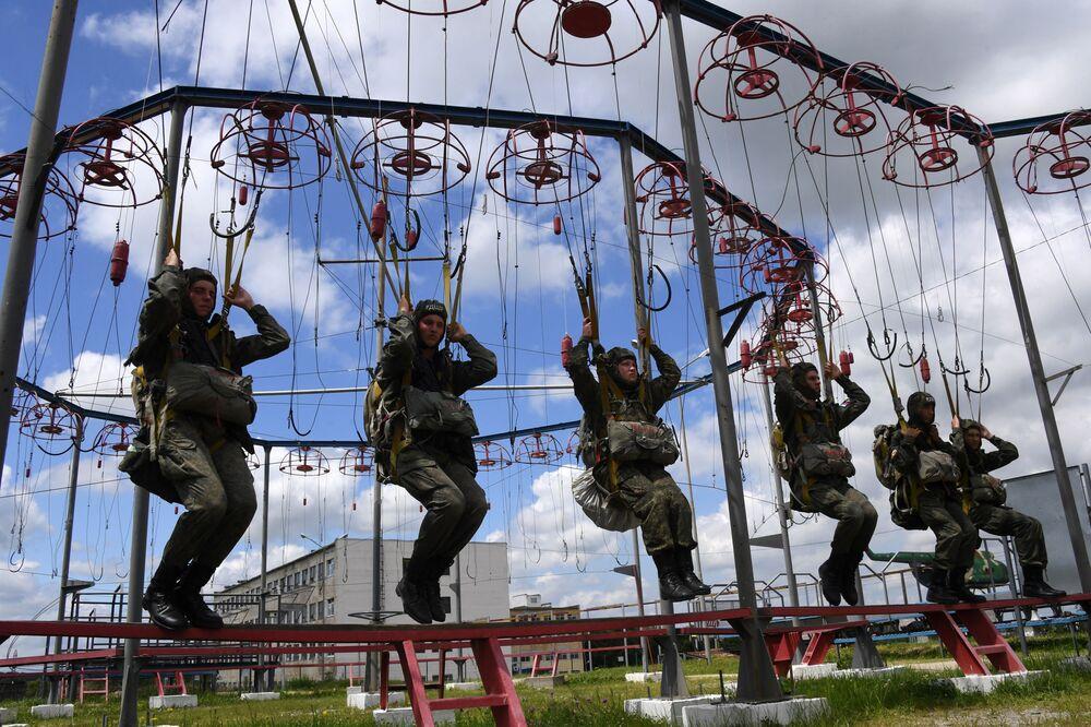 Ruští výsadkáři 83. gardové výsadkářské brigády během výcviku v Přímořském kraji.