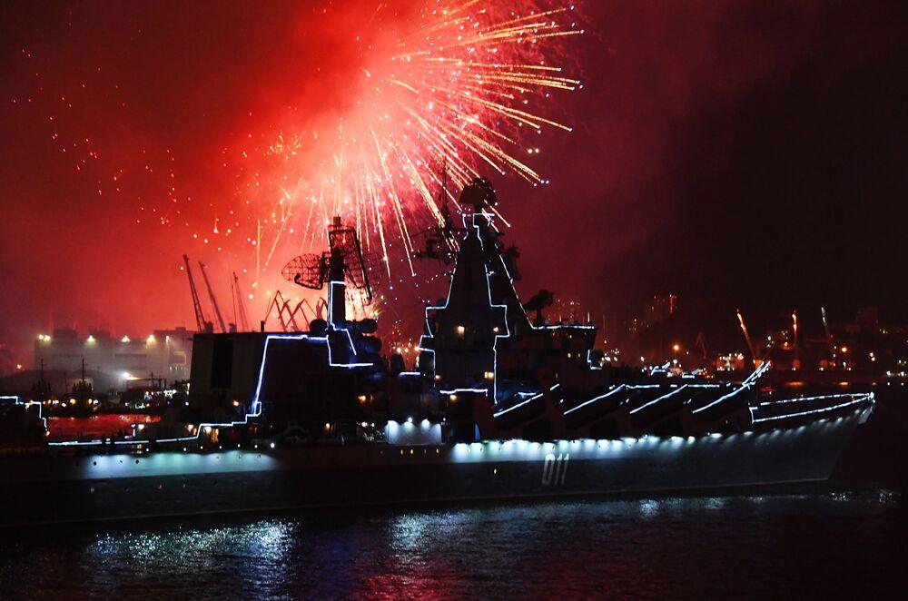 Slavnostní ohňostroj v Den vojenského námořnictva ve Vladivostoku.