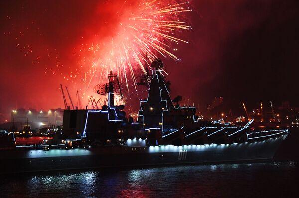 Slavnostní ohňostroj v Den vojenského námořnictva ve Vladivostoku. - Sputnik Česká republika