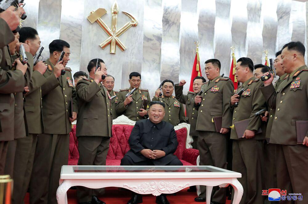 Severokorejský vůdce Kim Čong-un poté, co obdaroval důstojníky pamětními pistolemi u příležitosti 67. výročí podepsání příměří v korejské válce.
