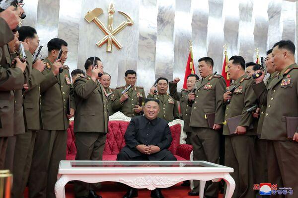 Severokorejský vůdce Kim Čong-un poté, co obdaroval důstojníky pamětními pistolemi u příležitosti 67. výročí podepsání příměří v korejské válce. - Sputnik Česká republika