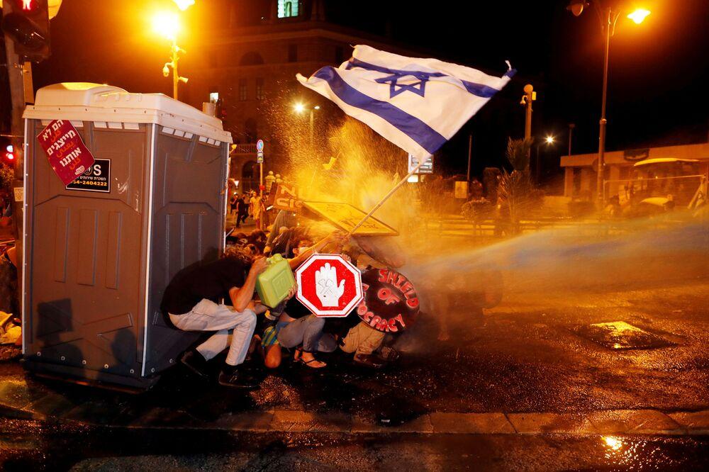 Izraelská policie rozhání pomocí vodních děl demonstrace proti premiérovi Benjaminu Netanjahovi.