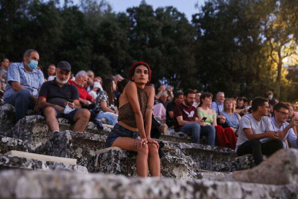 Diváci v amfiteátru v řeckém Epidauru sledují tragédii Peršané starořeckého dramatika Aischyla z roku 472 př. n. l. poté, co došlo k rozvolnění protikoronavirových omezení.