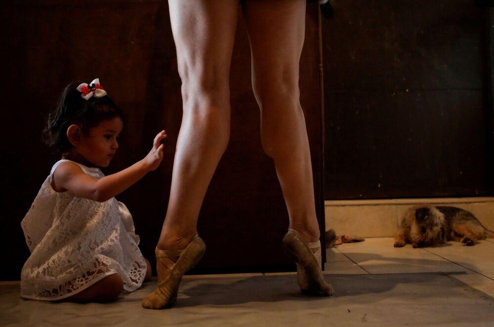 Baletka spolu se svou dcerou během on-line cvičení v mexickém městě Monterrey.