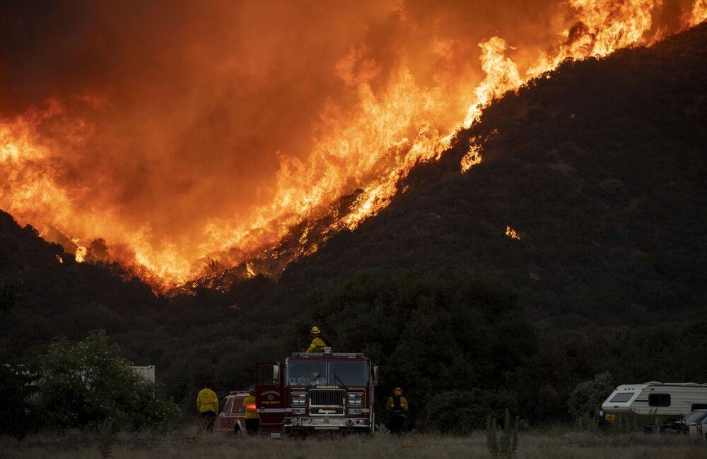 Hasiči v blízkosti hořícího lesa v Kalifornii