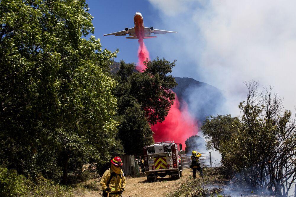 Letadlo při hašení požáru v Kalifornii