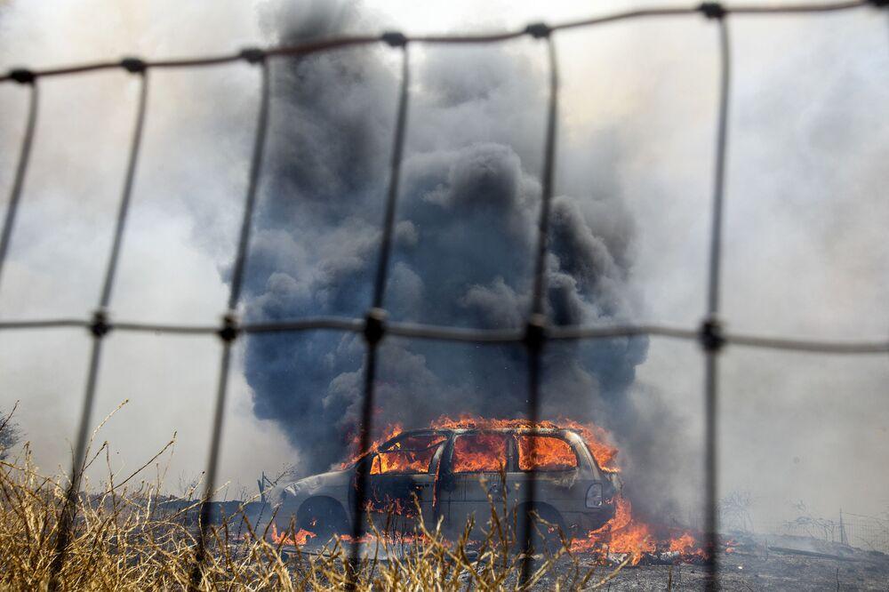 Hořící auto během požáru v Kalifornii