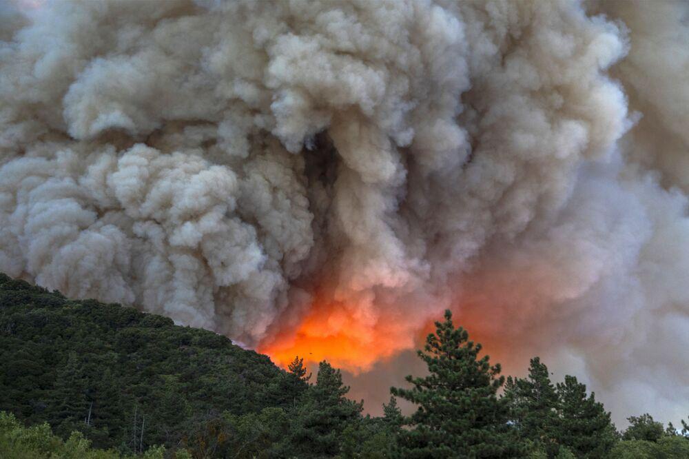 Kouř a oheň z požárů v Kalifornii