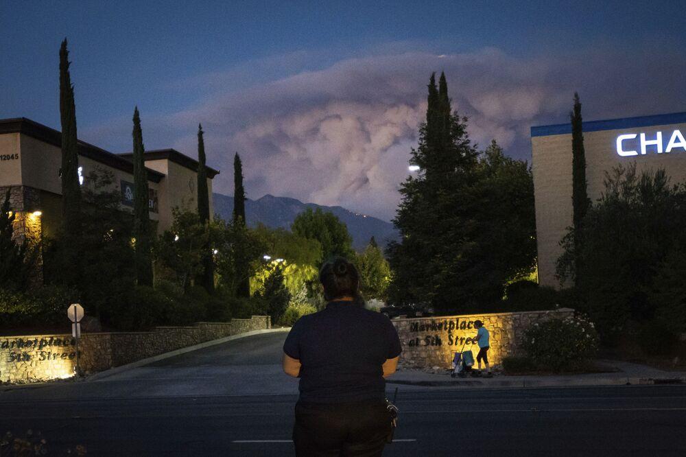 Žena sleduje požáry v Kalifornii