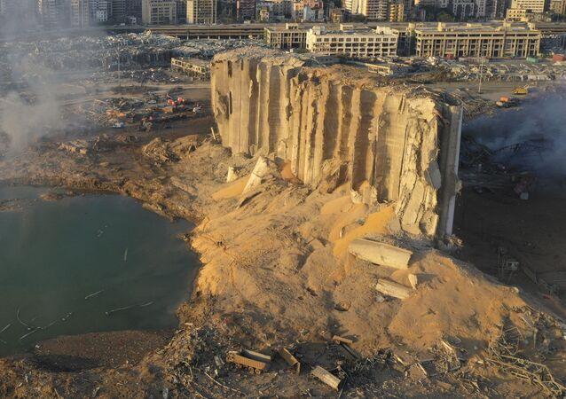Zničený sklad paliva v Bejrútu po výbuchu