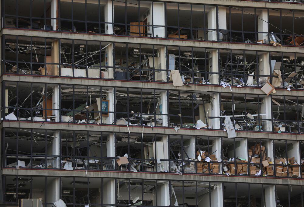Rozbité sklo v budově poblíž přístavu v Bejrútu, kde došlo k silné explozi