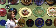 Průvodkyně pořádá prohlídku Žostovského muzea dekorativní malby