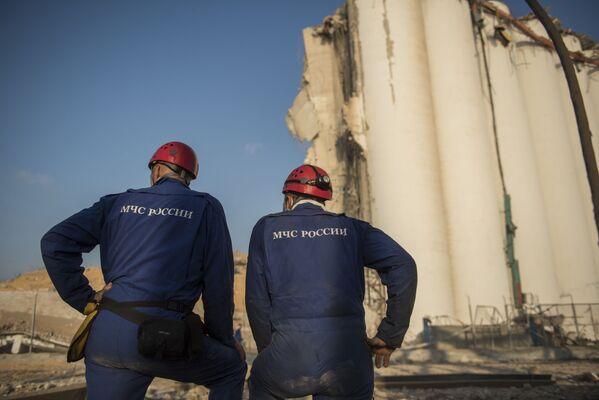 Zaměstnanci ruského ministerstva pro mimořádné situace během rozebírání trosek v přístavu Bejrútu - Sputnik Česká republika