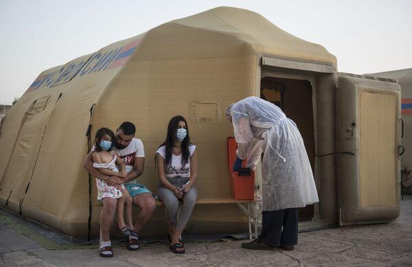 Místní obyvatelé během návštěvy mobilní nemocnice - Sputnik Česká republika