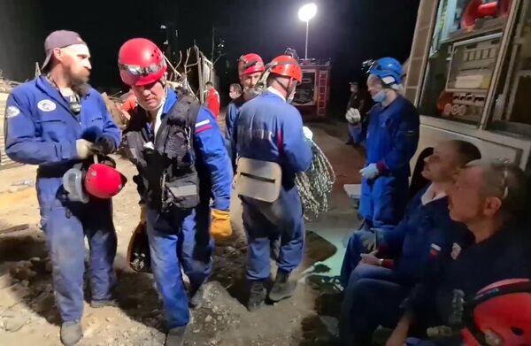Zaměstnanci speciálních služeb během rozebírání trosek v přístavu Bejrútu - Sputnik Česká republika