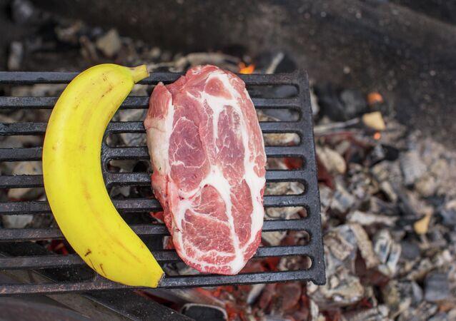 Banán a maso na ohni