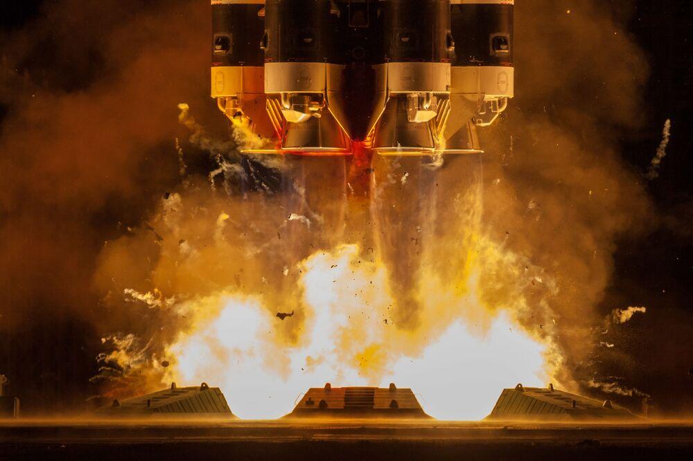 Start ruské těžké nosné rakety Proton-M z kosmodromu Bajkonur