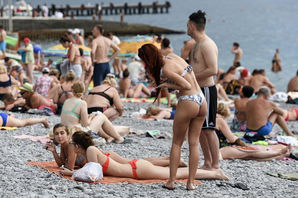 Rekreanti na jedné z krymských pláží