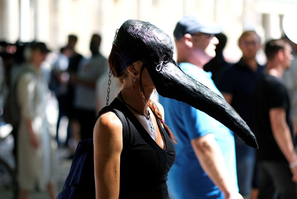 Žena v masce morového doktora během demonstrace proti trvání vládních opatření v souvislosti s pandemií covid-19. Berlín, Německo