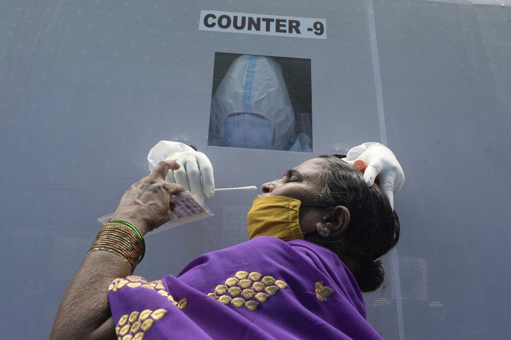 Žena v testovacím středisku v Indii