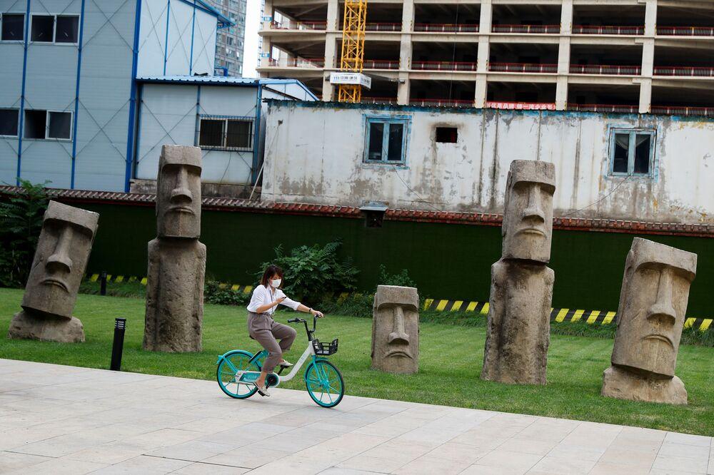 Dívka na kole. Peking, Čína