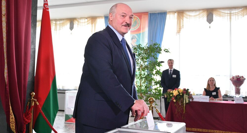 Lukašenko hlasuje v prezidentských volbách