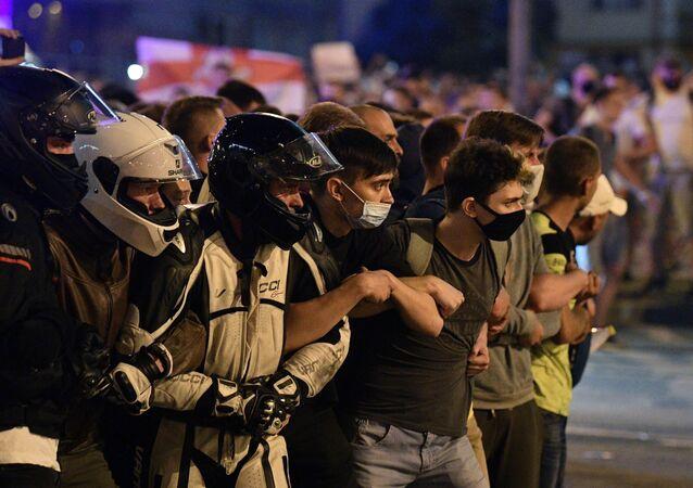 Účastníci protestních akcí na jedné z ulic Minska.