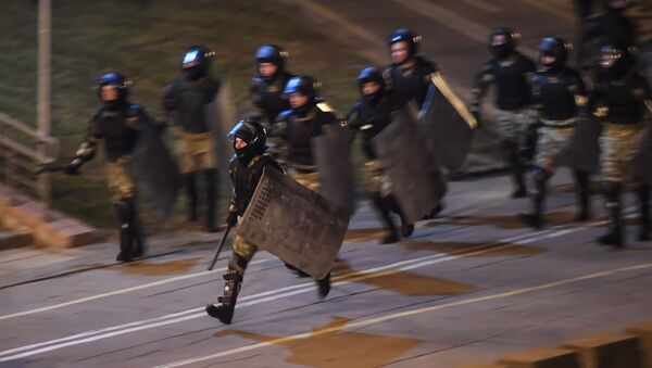 Běloruští těžkooděnci zasahují proti demonstrantům v Minsku. Ilustrační foto. - Sputnik Česká republika