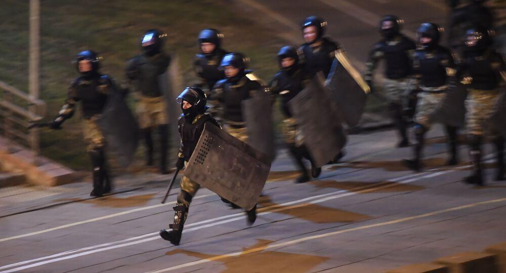 Běloruští těžkooděnci zasahují proti demonstrantům v Minsku. Ilustrační foto.
