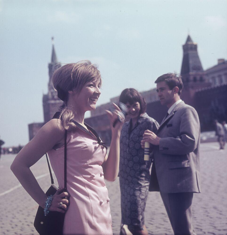 Cizinci se fotí na Rudém náměstí, 1965.