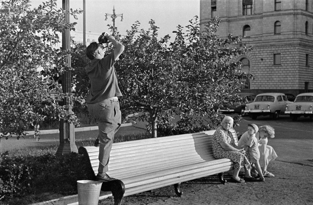 Lidi vedle hotelu Ukrajina, 1958.